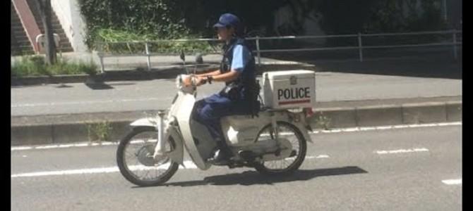 警察官がまさかのノーヘル運転?!一般人なら速攻切符切られるな。