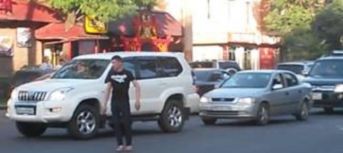 カッコイイ!信号が壊れた交差点で、警察官が来るまでの間交通整理をする男性!!