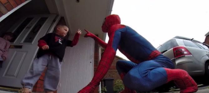余命1年と宣告された息子に、父が「スパイダーマン」になりきり屋根の上から登場!