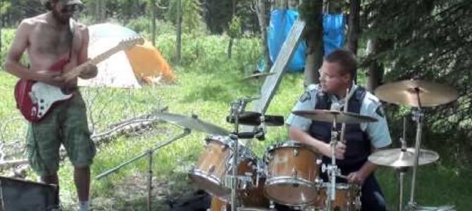 騒音を注意しに来たはずの警察官が、一緒になってノリノリで演奏を始めちゃった!