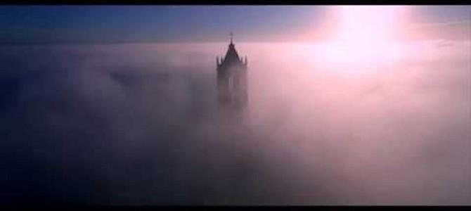 このタイミングを10ヶ月待った!霧の中にそびえ立つ塔をドローン撮影した神々しい映像!
