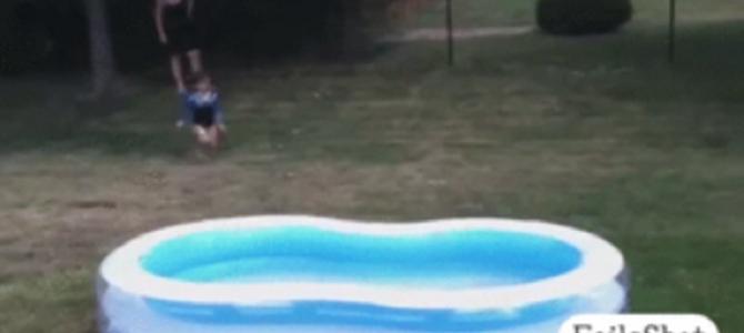 男がイスの上からプールに飛び込みした結果w