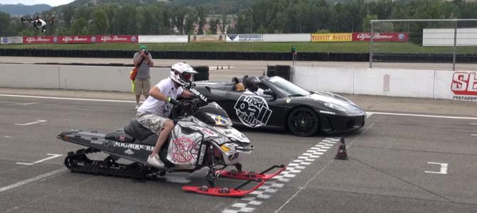 フェラーリ vs スノーモービルのガチ対決!スノーモービルが驚きの速さを見せつける!