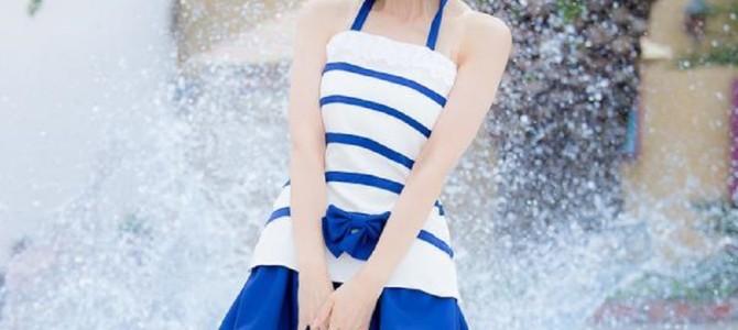 プールサイドで微笑む女性の写真。背景に映る「水しぶき」の作り方が衝撃的すぎると話題に