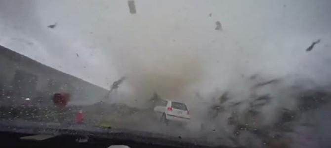 走行中に竜巻に飲み込まれ遠くまで飛ばされた車と、生身にもかかわらず奇跡的に助かった女性!!