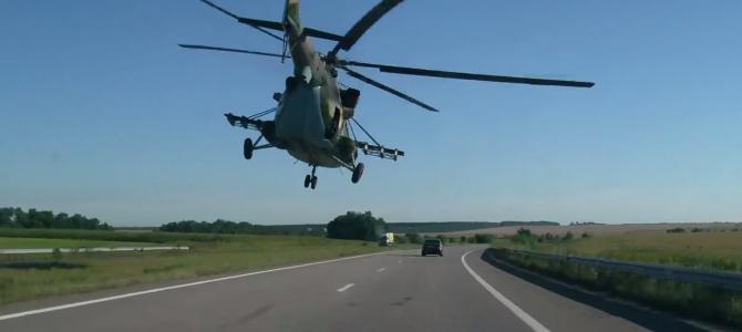 CGかと思った!ドライブ中、後ろから突如現れた「軍用ヘリ」が超低空飛行で先導!!