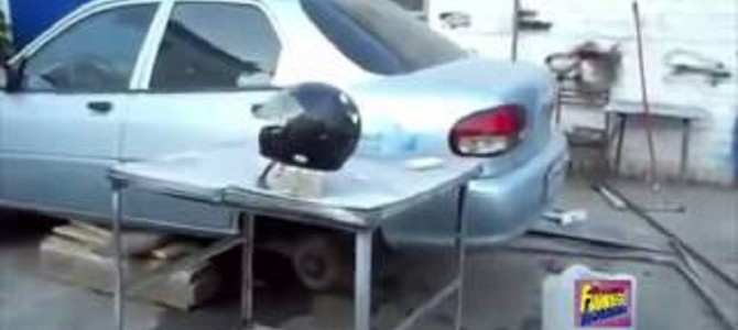 中国製のヘルメットとヤマハ製のヘルメットを金属バットで殴ってみたら、品質差が歴然に!