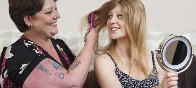 8才で全ての髪を失った脱毛症の娘。ウィッグが不自然なのを見て、母は…