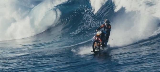 止まれば即沈没!海の上を縦横無尽に駆け巡るバイクの…神業PV動画が凄いと話題に!