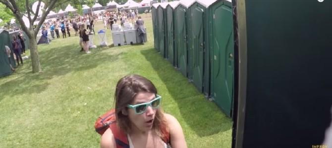 トイレのドアを開けたらいきなり!?ニューヨークのフェスで行われたドッキリ企画が楽しそう