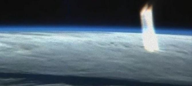 瞬間移動のトンネル?宇宙ステーションのライブ映像に突如現れた巨大な光の柱