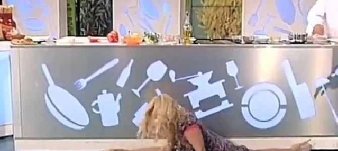 イタリアの料理番組で女優の股が裂けちゃった!?