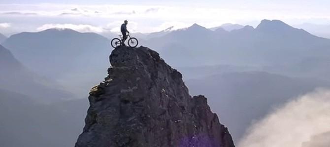 険しい岩山をチャリで進むライダーがスゴい