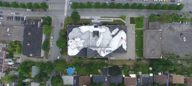 """あなたの屋上にもいるかも?空から見ると圧巻の""""巨人""""ストリートアート"""