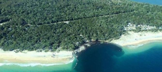 オーストラリアのビーチに突如100メートルの巨大穴が出現!車やテントが飲み込まれる!
