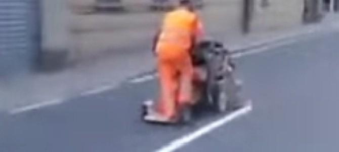 白線を引くイタリアの道路作業員がスゴイ!