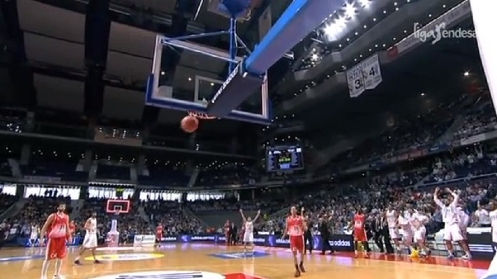 last-minute-ridiculous-shot-game-winning-point-y-reyes-logra-la-canasta-mas-imposible-acbcom-basketball-amazing-video