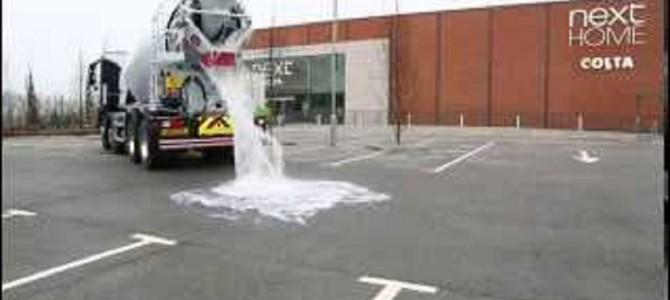 どこまでも水を吸収し続ける!衝撃の「吸水力」を持つアスファルトが凄い!