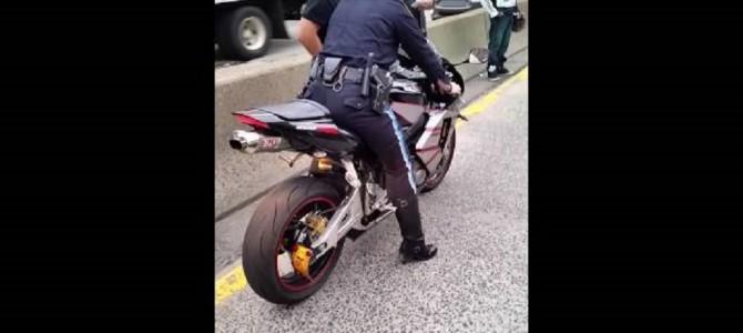 女性警察官が押収したバイクを積もうとして失敗!修理代出るのかな。