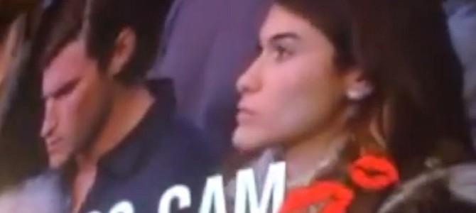 彼氏が隣にいるのにカメラの前で反対隣の人とキスしてしまった彼女の理由とは??