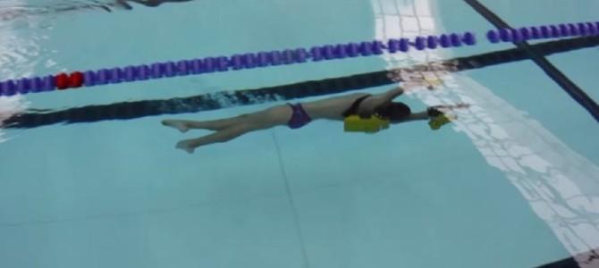 両腕にスクリューで、凄い速さで水中を進めるガジェットが凄い!