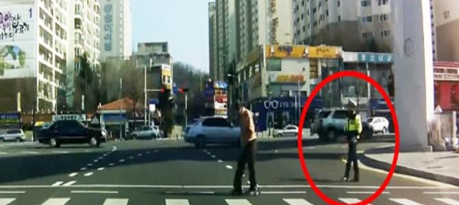 一人の警察官が道を渡るおじいさんへ見せた優しい行動に心温まる!