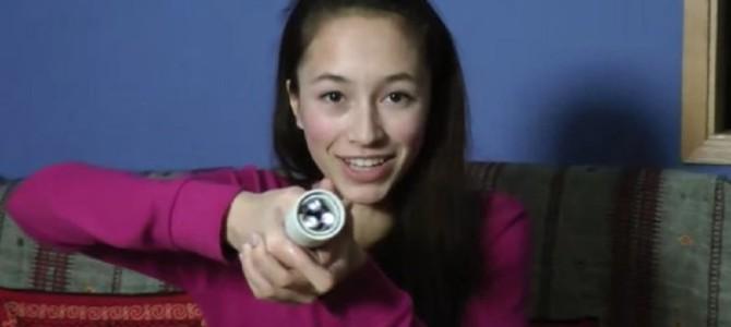 エネルギー源は「体温」!15歳の少女が発明した電池いらずの懐中電灯がスゴイ!