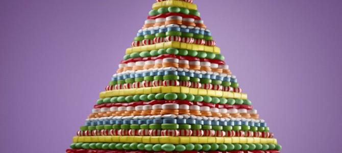 お菓子の家ならぬ、お菓子のピラミッド?マカロンやキャンディー、クッキーで作られた夢のようなスイーツアートがスゴイ!