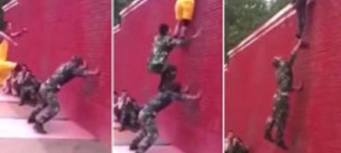 華麗なるチームワーク!たった7秒で3人の消防士が高い壁を駆け上る動画が凄い!