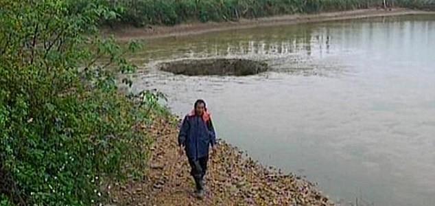 中国で25トンの魚と池の水が巨大穴に吸い込まれて消え去る!