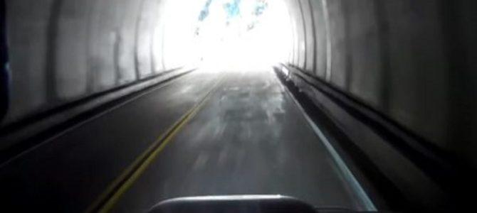 【恐怖】出口が明るくて見えないトンネル。出た瞬間右カーブでヤバすぎる事故に!