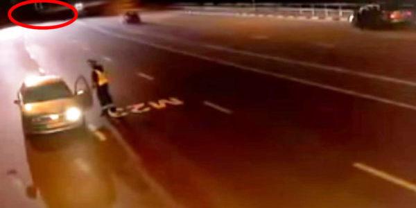 車を注意していた警官。数秒後ヤバすぎる「ヤツら」が出現し車内に避難!