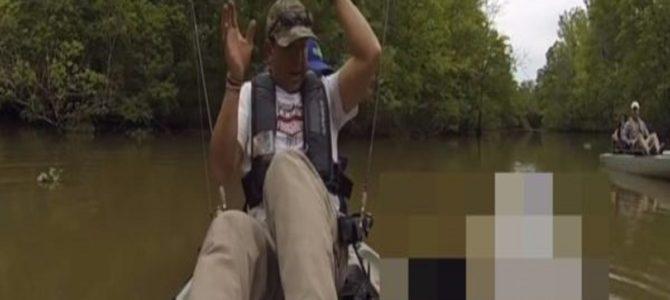 ナマズかと思って釣り上げたら、ありえない奴が釣れて全力で退避!
