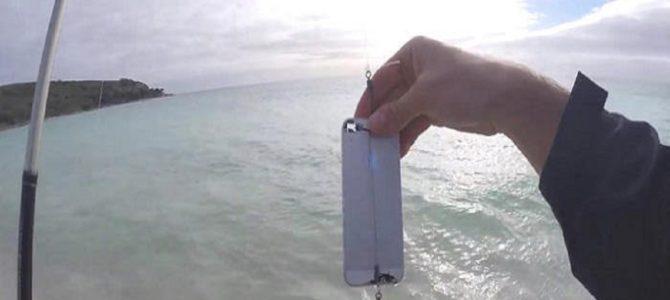 万能すぎるiPhone!本体に釣り針を装着すれば…巨大魚が釣れるって知ってた?