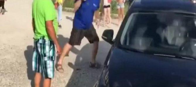 猛暑の中、高級車に放置された犬。それを発見した男性は迷うことなく窓ガラスを破壊した!