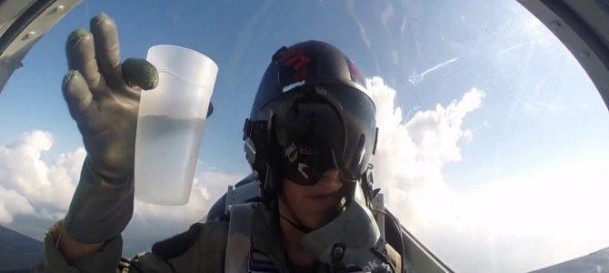 戦闘機で宙返りしながら水を注いだら驚きの結果に!