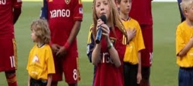 アメリカサッカーの試合で国歌斉唱する11歳の女の子の歌唱力が凄い!
