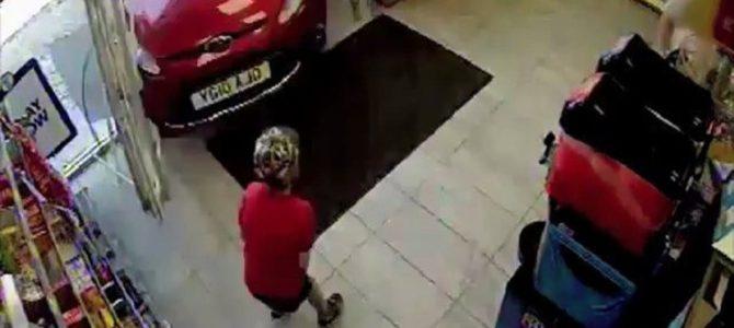 79歳女性の飲酒運転で車が店に突っ込んだ恐怖の瞬間