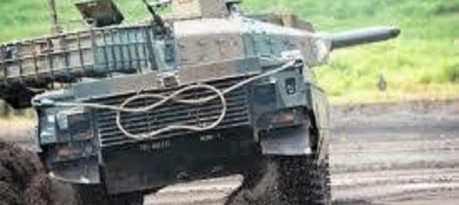 戦車「レオパルト2」の安定性スゴすぎ!主砲にビールを置いて荒地を爆走しても全然こぼれない!