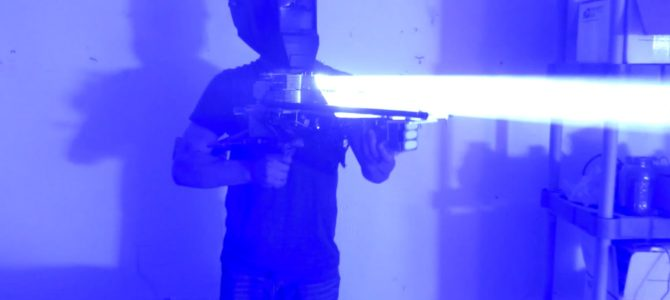 プロジェクターなどの廃材で、強力すぎる「レーザーバズーカ砲」を作ってしまった青年が話題に!