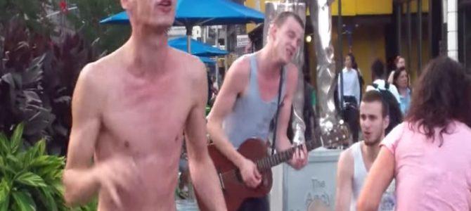 ただの酔っ払い風の半裸の男性。しかし彼が歌い始めると空気は一変!
