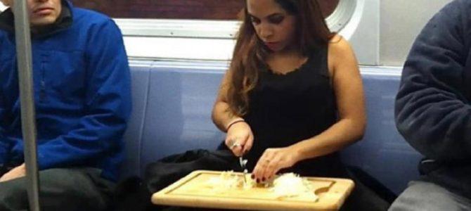 電車の中で絶対に隣に座って欲しくない人々
