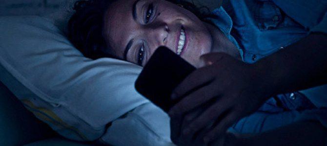 寝ながらスマホ習慣で一時的に失明する