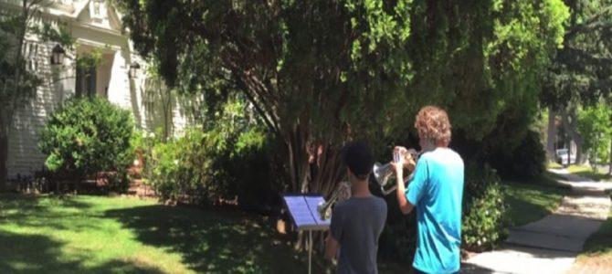 閑静な住宅街で、映画『スター・ウォーズ』のオープニングテーマ曲を演奏する13歳の少年たち