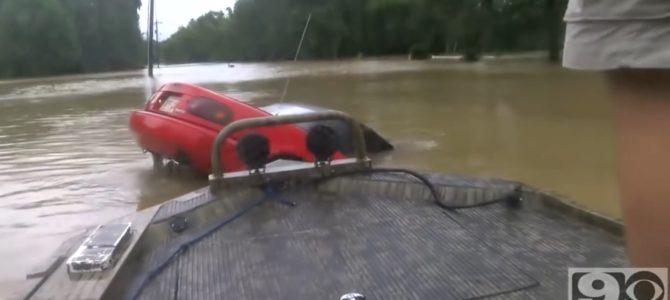 沈む車に取り残された女性。危機一髪で救った男性の行動が凄い!
