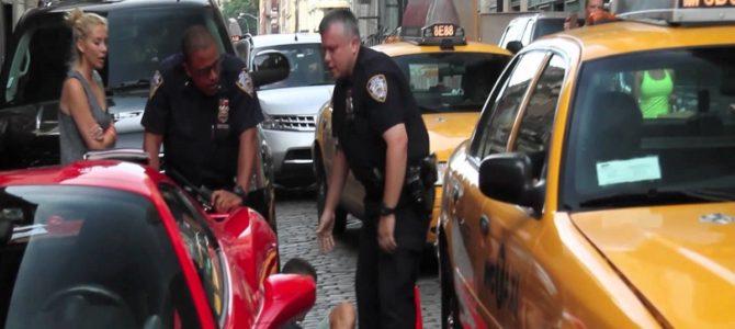 警官自ら当たりに行ってる?警官を無視したフェラーリオーナーがボコボコに!多くの人がオーナーを擁護