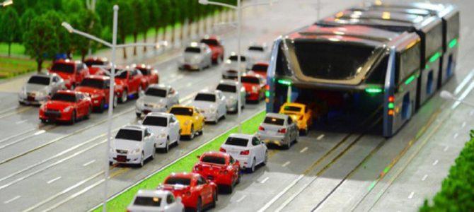 渋滞中でもスイスイ進める未来型バスがまさかの試験運転開始!