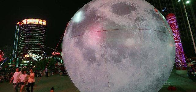 巨大な月が街を襲撃する事例が中国で発生!