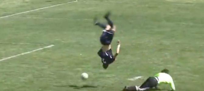 【神技】リアル少林サッカー!高校生が繰り出したアクロバティックすぎるシュートが話題に!