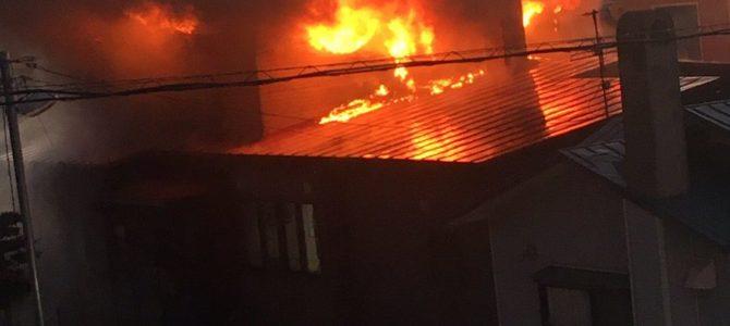 函館市上野町で火事 住宅が大炎上 大量の黒煙を爆発音で近隣住民騒然